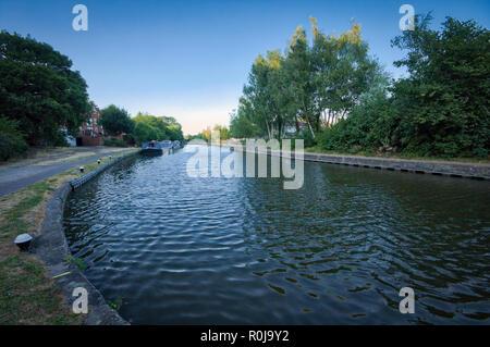 Tramonto sul Grand Union Canal, London, Regno Unito Foto Stock