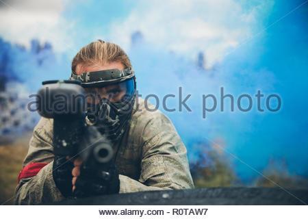 Ritratto focalizzato l uomo paintballing Foto Stock