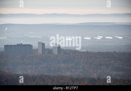 Stuttgart, Germania. 07 Nov, 2018. Vista dalla torre della televisione al Asemwaldsiedlung (l) e la Fiera di Stoccarda. Credito: Marijan Murat/dpa/Alamy Live News Foto Stock