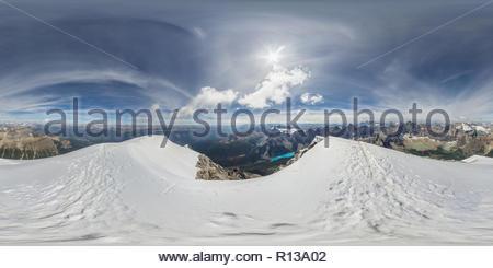 360° vista panoramica dalla cima del monte tempio, un 11.000 piedi picco in prossimità del Lago Louise nel Parco Nazionale di Banff, Canada Foto Stock