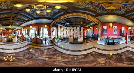 MINSK, Bielorussia - 11 novembre 2015: 360 gradi nel panorama equirettangolare proiezione sferica in interier elegante ristorante Amsterdam Foto Stock