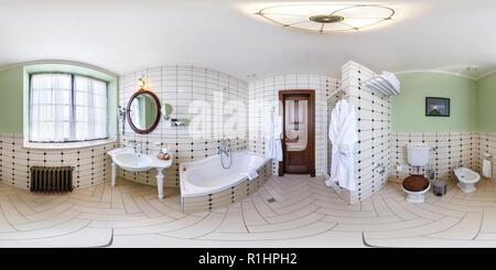 BREST, Bielorussia - 11 Maggio 2014: 360 gradi nel panorama equirettangolare proiezione sferica in un bagno elegante Hotel Hermitage Foto Stock