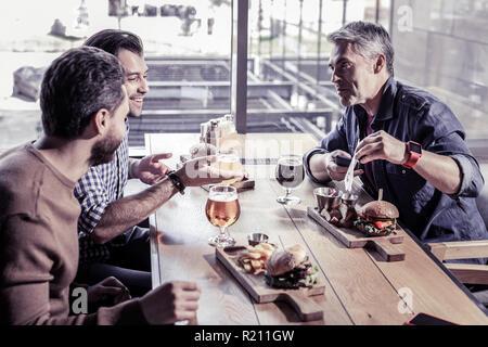 Lieto uomo senior trascorrere weekend con gli amici Foto Stock