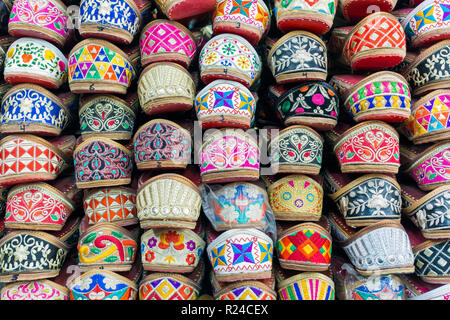 La tradizione indiana pantofole per la vendita, Amritsar Punjab, India, Asia Foto Stock