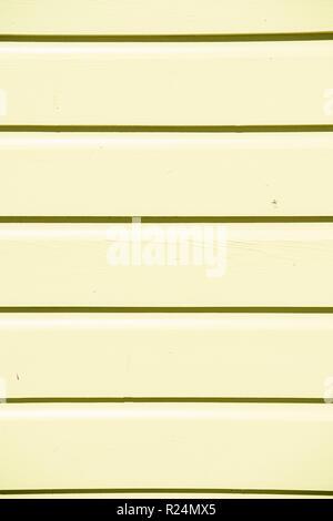 Infissi in legno sullo sfondo di textured schierata dipinto in colore giallo con righe orizzontali e nessuno come vuoto o vuoto sullo sfondo Foto Stock