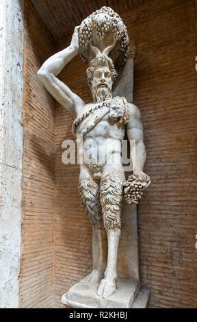 Un periodo Romano statua in marmo di un fauno o Satiro, una copia di un originale ellenistico, nel cortile del Palazzo dei Conservatori, parte del cappuccio Foto Stock