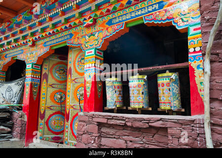 Pregando ruote in Zhuokeji Headman's Village, Ngawa tibetano e Qiang prefettura autonoma, western Sichuan, Cina Foto Stock