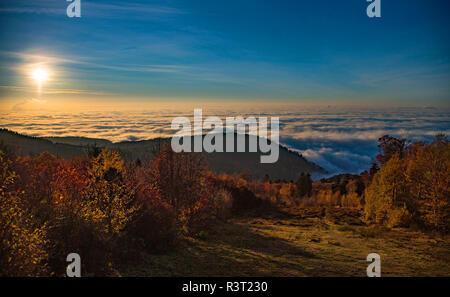 Mare di nebbia con low-hanging nuvole nel della pianura del Reno superiore si vede dal Königstuhl lookout point, Heidelberg, Baden-Wuerttemberg, Germania Foto Stock