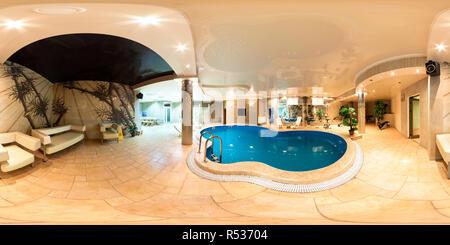 GRODNO, Bielorussia - 11 ottobre 2010: panorama della piscina all'interno di hotel di lusso . 360° senza soluzione di continuità nel panorama equirettangolare Foto Stock