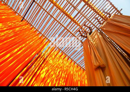 Appena un tessuto colorato essendo appesa ad asciugare, Sari fabbrica di indumento, Rajasthan, India, (MR/PR) Foto Stock