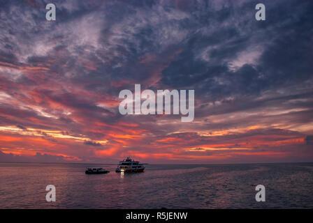 Yacht di lusso alle Maldive al tramonto Foto Stock