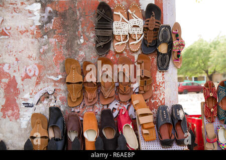 Scarpe in mostra la strada dell india Foto Stock