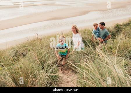 Camminando attraverso le dune di sabbia Foto Stock