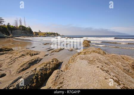 Rocce e onde su una spiaggia protetta sulla costa dell'Oregon vicino a Coos Bay Foto Stock