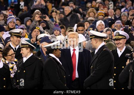 U.S presidente Donald Trump, centro, sorrisi come egli guarda il 119Army Navy gioco dall'Accademia Navale margini al Lincoln Financial Field Dicembre 8, 2018 a Philadelphia, Pennsylvania. Foto Stock