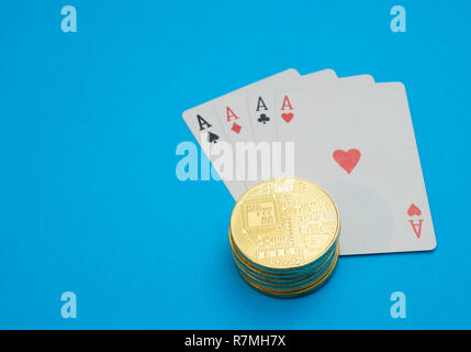 Pila pila di cryptocurrency sulle carte da gioco. Internet online casino gambling concetto. close-up shot su sfondo blu Foto Stock