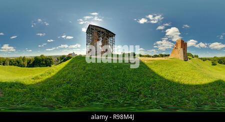 NOVOGRUDOK, Bielorussia - Luglio 11, 2011: Panorama rovine dell antico cavaliere medievale castello sulla montagna. 360 da 180 gradi equirettangolare seamless equ Foto Stock