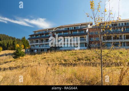 Hotel abbandonato sul paesaggio collinare Foto Stock