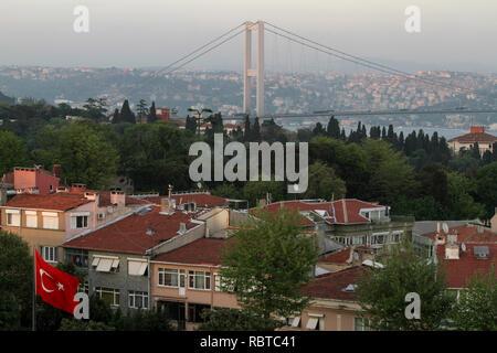 Il Ponte sul Bosforo visibile sui tetti, Istanbul, Turchia Foto Stock