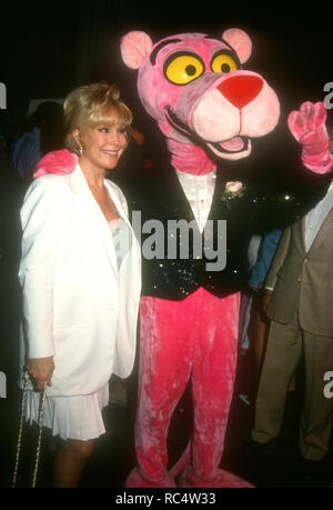 WESTWOOD, CA - 26 agosto: l'attrice Barbara Eden assiste 'il figlio della pantera rosa' Premiere sul 26 agosto 1993t Centro Avco cinema a Westwood, California. Foto di Barry re/Alamy Stock Photo Foto Stock