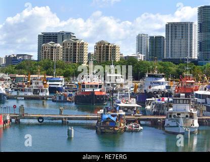 Skyline della città di Darwin ,la capitale dei Territori del Nord Australia e un ex avamposto di frontiera., dalla marina di Cullen Bay Foto Stock