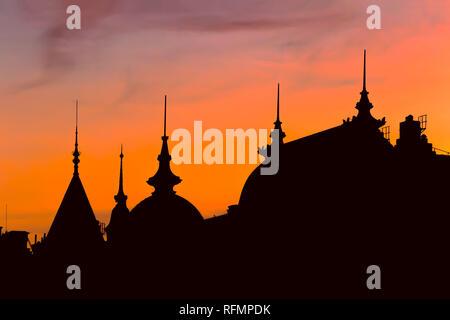 Silhouette di vecchi edifici di Stoccolma al tramonto Foto Stock