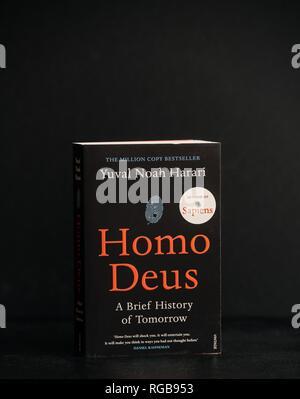 LONDON, Regno Unito - Jan 26, 2018: Yuval Noah Harari - Homo Deus prenota su sfondo nero Foto Stock