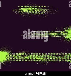 Tre differenti tracce di pneumatici con macchie di inchiostro isolati su sfondo nero Foto Stock