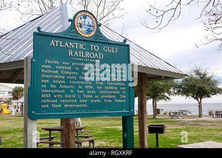 Atlantico al golfo Railroad, Florida Board di parchi e monumenti storici, segno che dettaglia il vecchio cross-ferrovie dello stato a Cedar Key, Florida, Stati Uniti d'America. Foto Stock