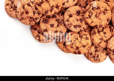Molti di cioccolato appena sfornati, girato dalla parte superiore su bianco, un abstract biscotti con aggiunta di dolcificanti sfondo con spazio di copia Foto Stock