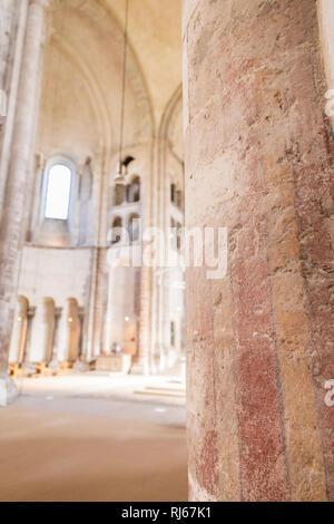 Europa, Deutschland, Renania settentrionale-Vestfalia, Köln, Blick in die Vierung von Groß St.Martin, im Vordergrund Überreste der romanischen Wandbemalung Foto Stock