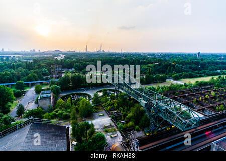 Il paesaggio del Parco Nord di Duisburg vecchio chiamato gru coccodrillo verde in città Foto Stock