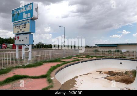 Abbandonato il motel turistica su una autostrada US in Tucumcari, Nuovo Messico, Stati Uniti d'America, lungo la mitica Route 66. Vista di una piccola cittadina americana ho Foto Stock