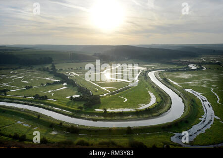 Seaford, East Sussex, Regno Unito. Xiii Febbraio, 2019. Il sorgere del sole sopra il fiume Cuckmere come esso si snoda attraverso il South Downs National Park. Credito: Peter Cripps/Alamy Live News Foto Stock
