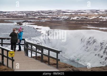 Vista sulla Gullfoss islandese incredibile paesaggio invernale delle maestose cascate di Gullfoss congelati. Foto Stock