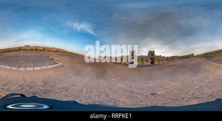 Meroe, Sudan, febbraio 11, 2019: Uno-storey hotel allungato nel deserto, solitario senza gli ospiti, vicino alle piramidi di Meroe Foto Stock
