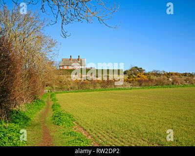 Una vista di un sentiero pubblico e circolare a piedi attraverso terreni agricoli in North Norfolk a Blakeney, Norfolk, Inghilterra, Regno Unito, Europa. Foto Stock