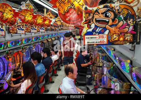 Pachinko Parlor Akihabara, Hoshu, Tokyo, Giappone gioco macchine dipendenza Foto Stock