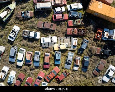Antenna vista del paesaggio di naufragare automobili e auto vecchia cantiere, in molteplici forme e colori. Victoria, Australia. Foto Stock