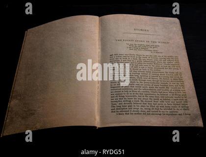 """Un vecchio libro aperto all'inizio del racconto """"L'uomo più belle del mondo"""" di Rudyard Kipling , su sfondo nero Foto Stock"""