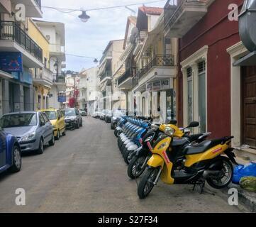 Una fila di motocicli per il noleggio al di fuori di un negozio a Zakinthos Grecia. Foto Stock