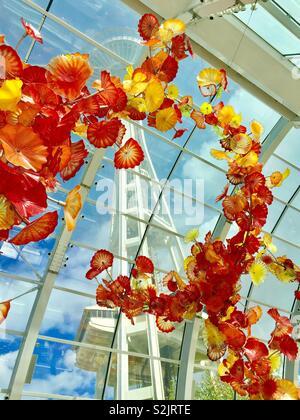 Lo Space Needle come visto attraverso Dale Chihuly sculture in vetro, Seattle, Washington Foto Stock