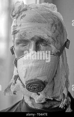 Quando la guerra è finita. Fantoccio di guerra soldato. Manichino uomo indossare maschera a gas contro le aggressioni chimiche. Vittima della guerra falsa vittima. Vittima del conflitto armato. Male Foto Stock