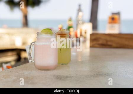 Sani e freschi litchi e bibita al limone con fetta di limone. Foto Stock