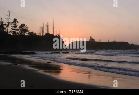 Twilight su un oceano costa su Lighthouse Beach sulla costa dell'Oregon Foto Stock
