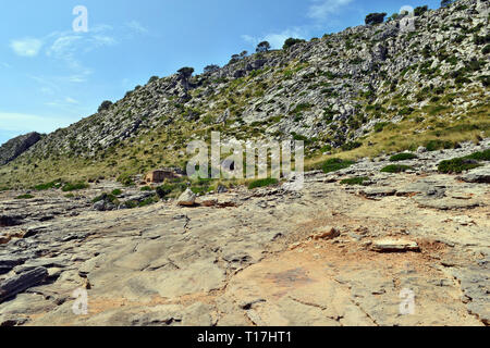 Vecchia fortificazione fortificata del bunker sulla collina per proteggere il territorio e il fuoco nemico in Spagna, Europa Foto Stock