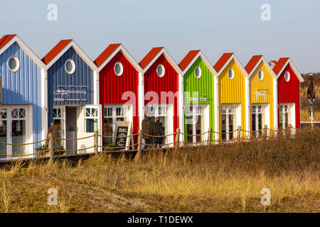 Isola del Mare del Nord Langeoog, Frisia orientale, Bassa Sassonia, facciate colorate di negozi, ristoranti, spiaggia di bancarelle, Foto Stock