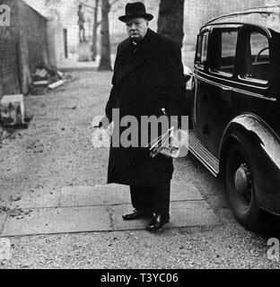 Winston Churchill presso lo sportello posteriore di Downing Street sull'apprendimento dell'attacco giapponese a Pearl Harbor Foto Stock