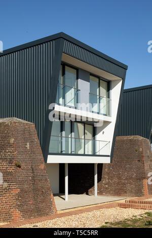 Vista in dettaglio della casa dal lato. Priddys Hard, Gosport, Regno Unito. Architetto: John Pardey architetti, 2019. Foto Stock