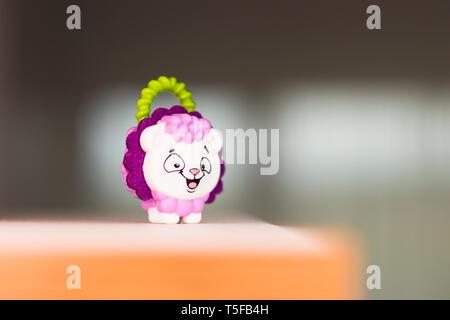 Piccolo giocattolo close-up e sfondo sfocato Foto Stock